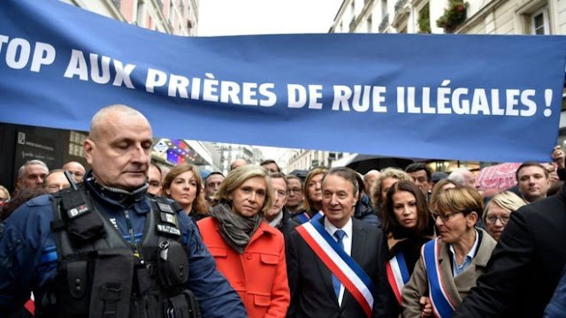French politicians protest over Muslim street prayers in Paris