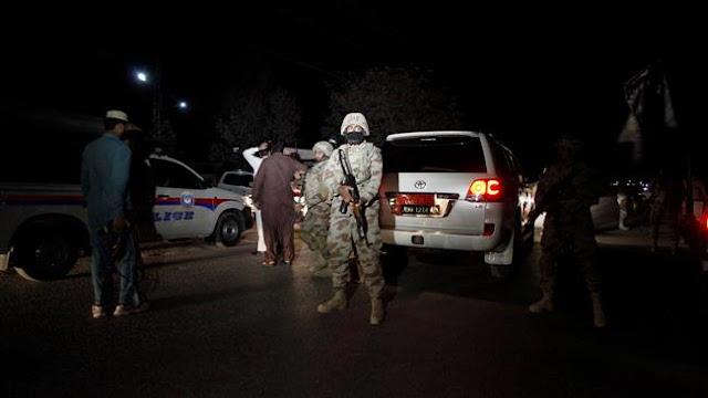 Militantes armados invadiram uma academia de formação da polícia no sudoeste do Paquistão, ferindo quase duas dezenas de recrutas e fazendo um número de reféns