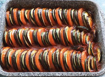 Szybki obiad z pieczonego bakłażana, cukinii i pomidora w sosie