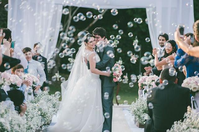 saída dos noivos, casamento, noivos, noiva, noivo, cerimônia, saída, bolas, bolhas, bolinhas, sabão, bola, bolha, bolinha