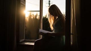 membaca buku menambah wawasan / esai edukasi