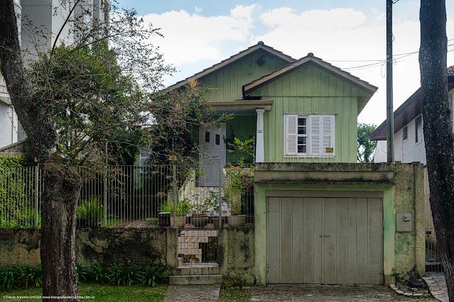 Casa de madeira na Rua Guaratuba