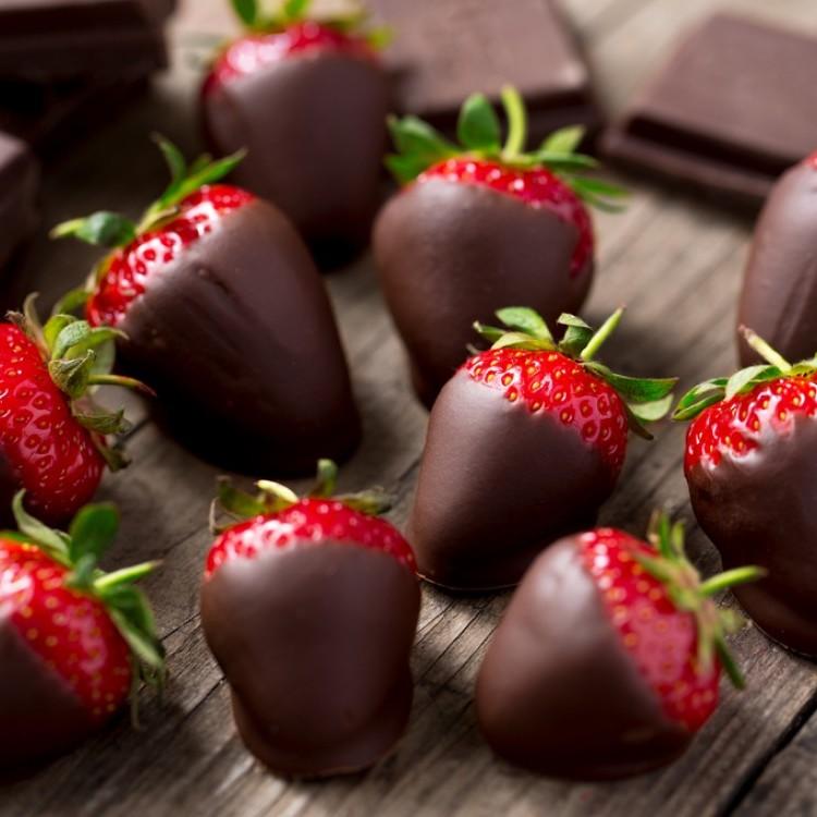 حبّات الفراولة المغطّسة بالشوكولاتة