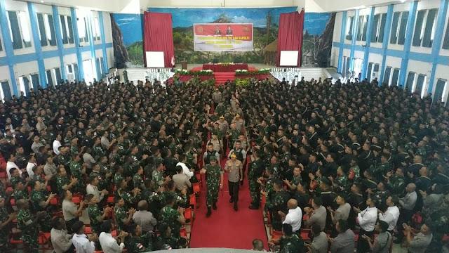 Satgas Yonif Raider 514/SY Menerima Pengarahan Dari Panglima TNI