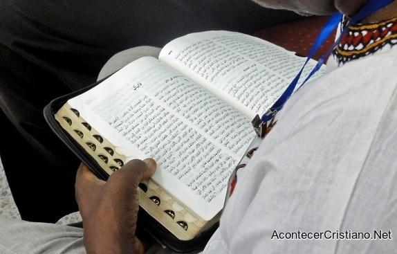 Cristiano de Turkmenistán lee su Biblia en casa