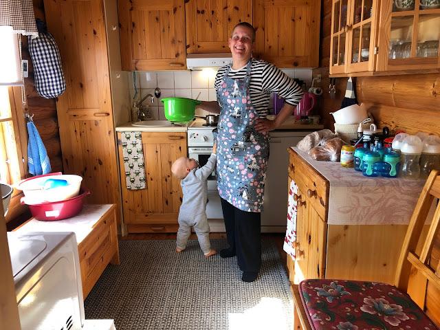 Noel on todella innokas apu keittiössä hommassa kun hommassa