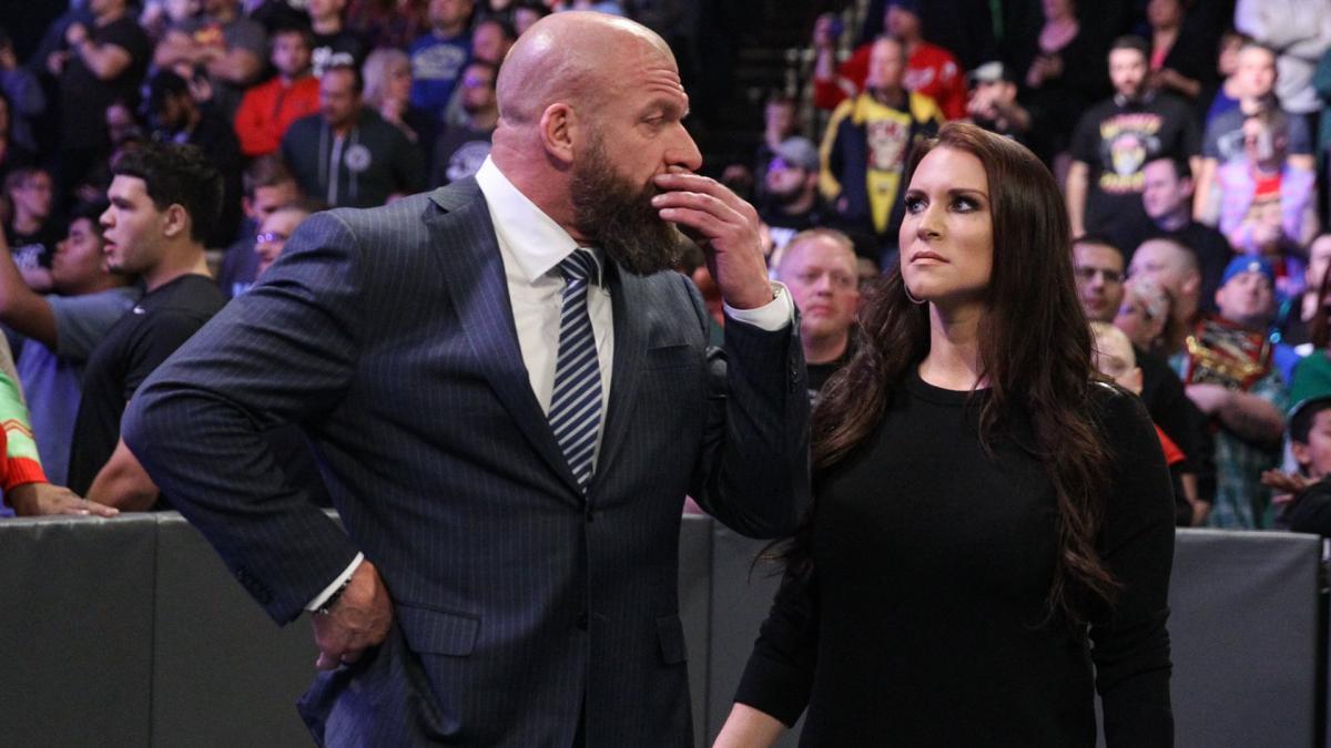 Jim Ross diz que Triple H e Stephanie McMahon deveriam comandar a WWE caso a empresa seja vendida