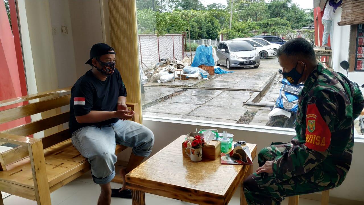 Melalui Program Komsos Babinsa Koramil 410-06/Kedaton Kodim 0410/KBL Peltu Mansyah melaksanakan silaturahmi kepada tokoh Pemuda di wilayah binaannya