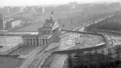 Puerta de Brandenburgo rodeada por el muro
