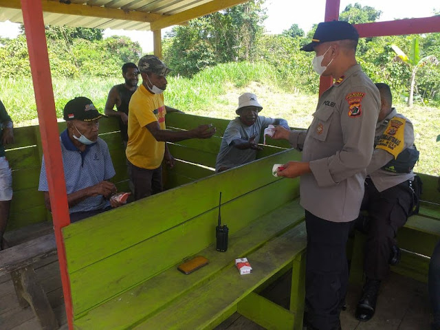Polsubsektor Skouw Sosialisasikan Instruksi Walikota Tentang PPKM Level 4 Kepada Masyarakat