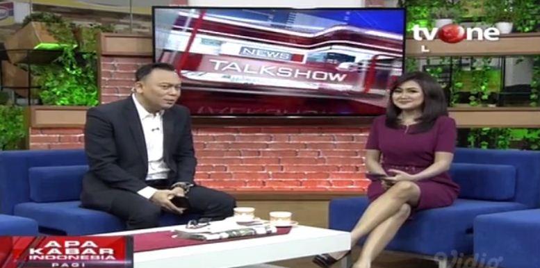 Busana Presenter TV Wanita: Pake Celana Panjang Deh!!