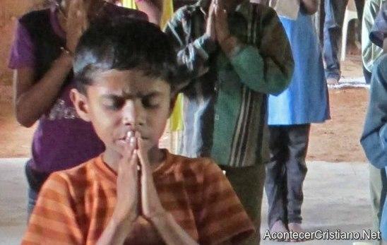 Niño cristiano hindú orando