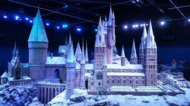 Maquete do castelo de Hogwarts na escala de 1:24, altura - 2,5 m.