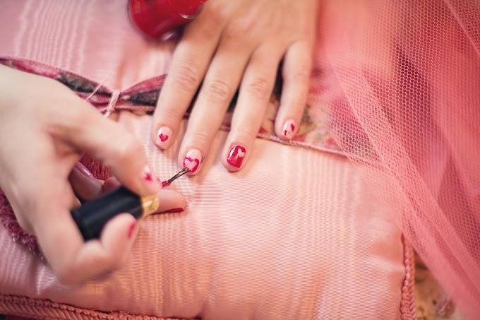 Cómo hacer decoraciones para las uñas con forma de corazón