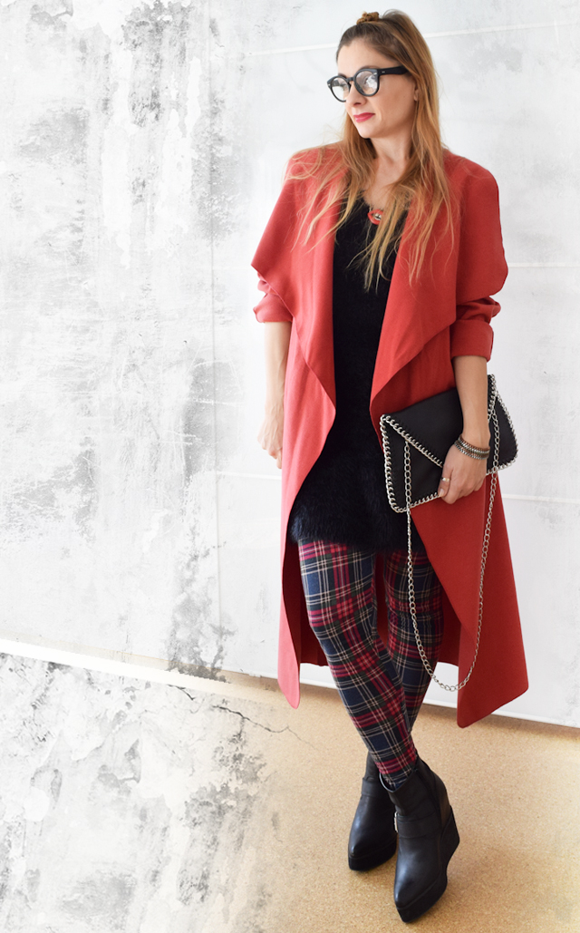 Roter Mantel, karrierte Leggings, Punk