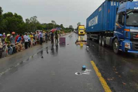 Quảng Ngãi Đâm phải xe tải, một phụ nữ tử vong