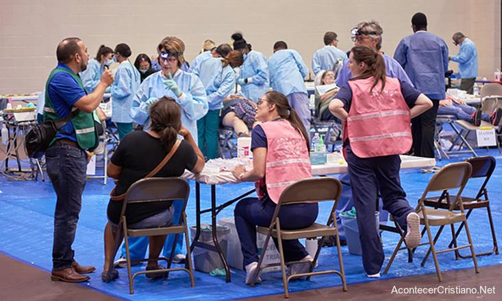 Médicos cristianos atendiendo pacientes