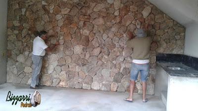 Bizzarri ajudando nos retoques finais do revestimento de pedra na parede da adega em residência em Itatiba-SP, sendo esse revestimento com pedra moledo na cor bege mesclado. 10 de dezembro de 2016.