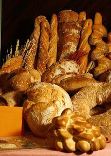 Panes. Distintos tipos de pan y varias espigas. Flautas, rosca y otros