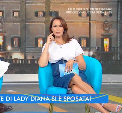 bella conduttrice tv Roberta Capua gonna abbigliamento estate in diretta 26 luglio