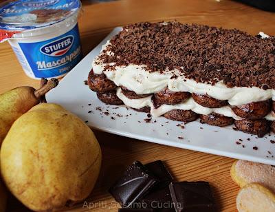 Un tiramisù fatto con savoiardi, cioccolato, pere e mascarpone Stuffer. Ricetta facile e veloce.