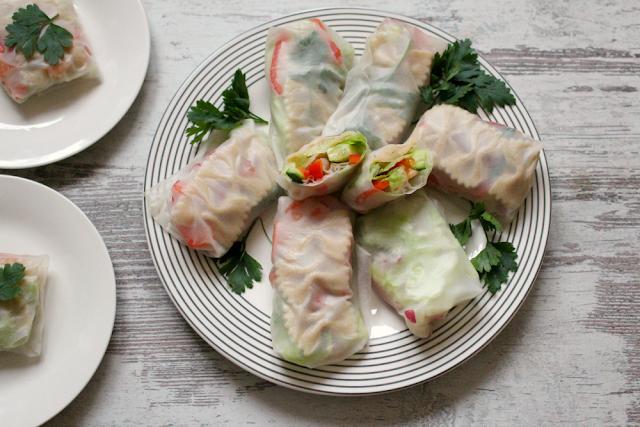 Wiosenne spring rolls ze świeżymi warzywami i pełnoziarnistym makaronem kokardki.