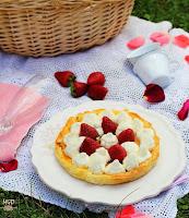 Tarta de hojaldre con chocolate, crema y nata