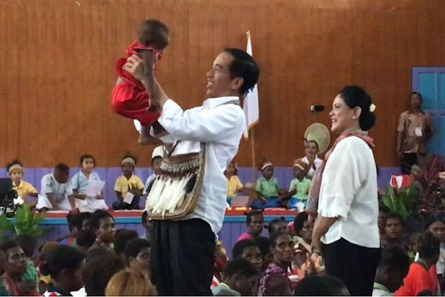 Jokowi Presiden Pertama yang Injak Tanah Asmat Papua, Bonceng Ibu Negara Iriana Naik Motor