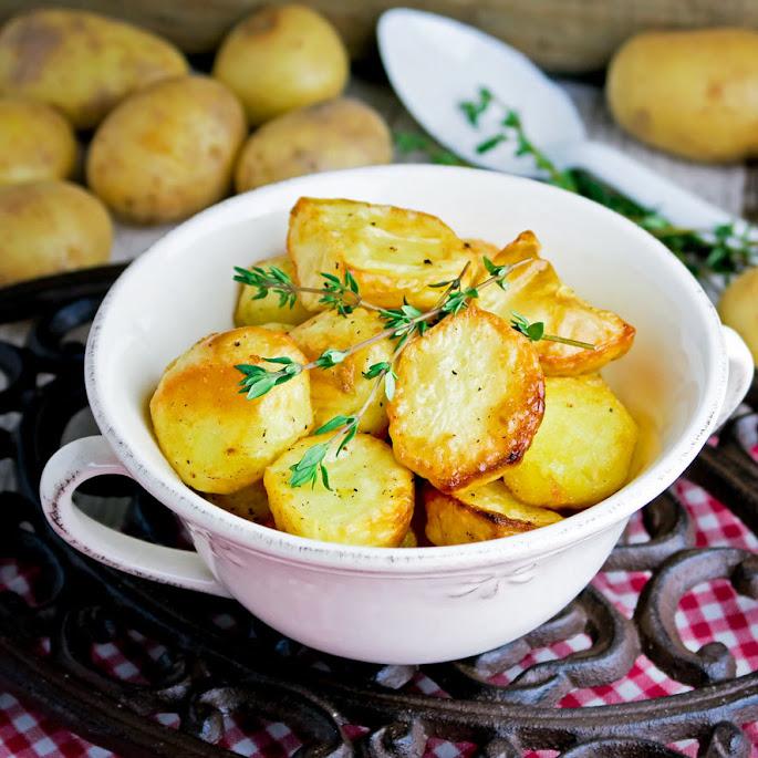 In de oven geroosterde aardappeltjes