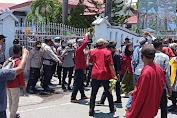 Polres Bima Kota Bubarkan Unras Anarkhis  di Kantor DPRD Kabupaten Bima