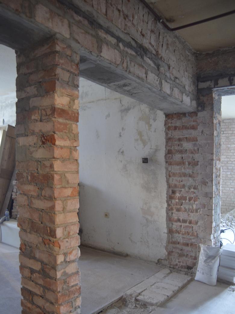 stara cegła w kamienicy w trakcie remontu