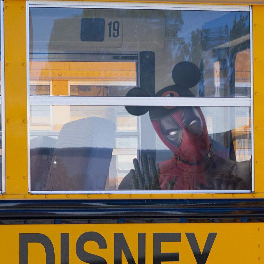 Disney-Fox Acquisition has been completed : 北米で明日の3月20日から、自分もアベンジャーズと同じディズニーのコミックヒーローだ ! ! という生まれ変わりのドキドキを登校初日に例えてくれたデッドプールです ! !