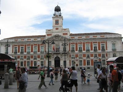 La Plaza Puerta del Sol es una plaza de la ciudad de Madrid y en la cual se encuentra el edificio de la Casa de Correos y se destaca el reloj de torre.