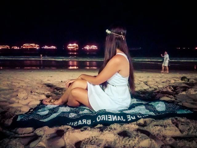 Ellen sentada na areia de Copacabana