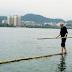 Sebatang Bambu Untuk Menyeberang Sungai, Wow Pria ini Bisa Melakukannya