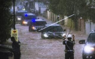 Luar Biasa, Mobil Presiden Jokowi Terobos Banjir Besar di Kalimantan Selatan