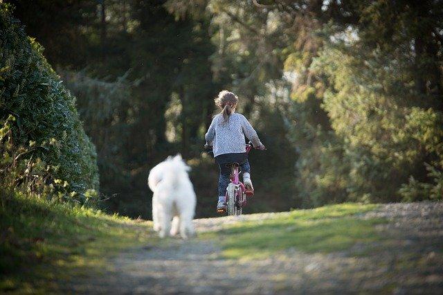 seorang gadis kecil bersepeda