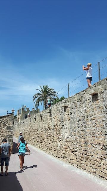 Alte Stadtmauer in Alcudia besteigen
