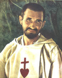 El hermano Carlos de Foucauld con su vestimenta blanca y el Sagrado Corazon rojo bordado en ella.