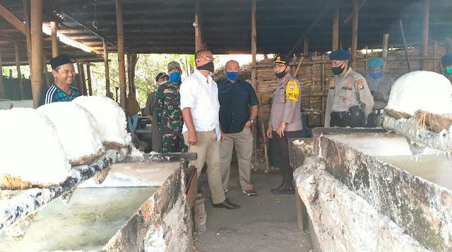 Kapolres Lotim Dampingi Wakapolda NTB Cek Lokasi Pengolahan Garam di Dusun Kedome