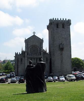 duas estátuas em frente à igreja gótica