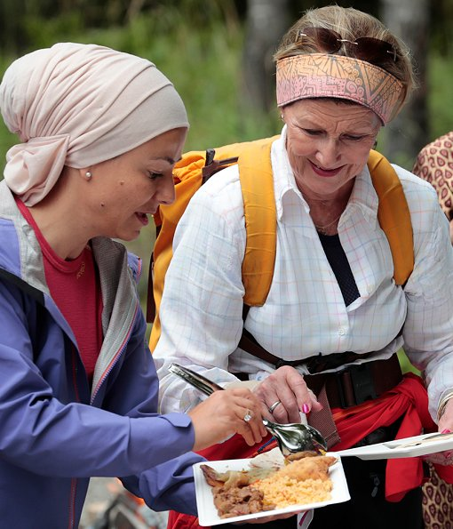 The 80-year old Queen Sonja of Norway walked in the woods in Drafnkollen with multicultural women and the Norwegian Trekking Association