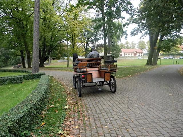 Wokół pałacu w Wąsowie porusza się bryczka dla turystów.