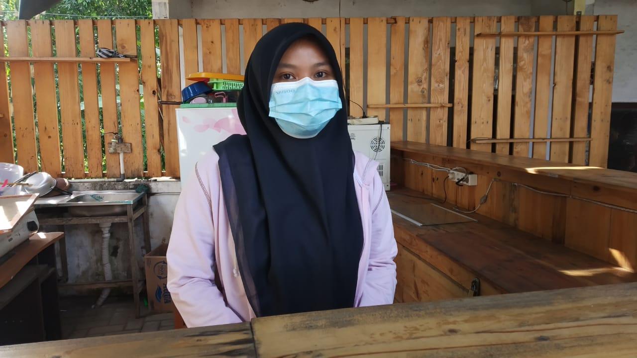 Foto : Mahasiswa KKN BTV III UNEJ dampingi pengelola kafe Desa Setail untuk Berinovasi