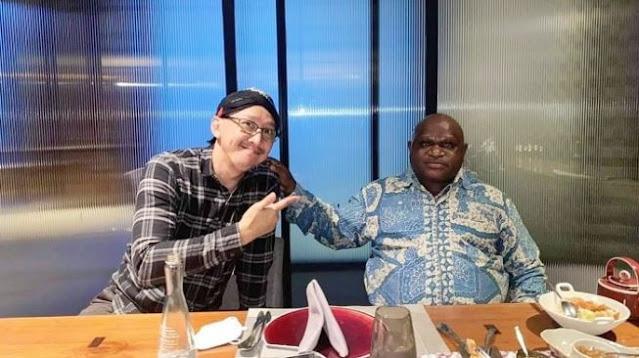 Ketua KNPI Kesal Natalius Pigai - Abu Janda Damai: Kamu Makan Sama Si Rasis