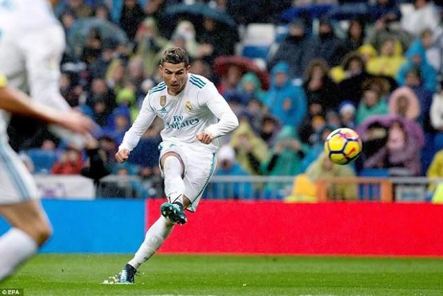 """Ronaldo cực đỉnh của """"chân gỗ"""": Kiệt quệ dứt điểm 11 ăn 0 2"""