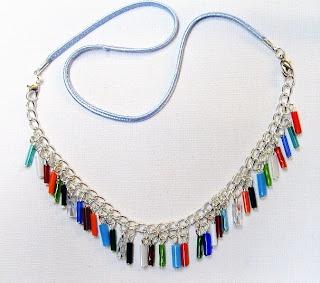 Sätt pärlor på pinnar och gör hängen till ett halsband. f748c4506933a