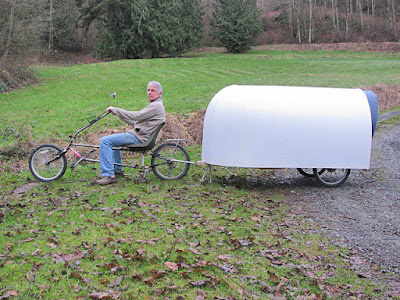 "Una foto che ritrae l'inventore Paul mentre traina il suo ""nomad bicycle camper"""
