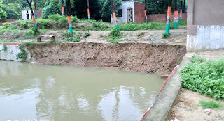 पार्क में बने तालाब के किनारे का फर्श टूटकर गिरा | #NayaSaberaNetwork