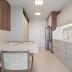 Cozinha estreita branca e amadeirada com marcenaria clássica e mesa encostada na parede!